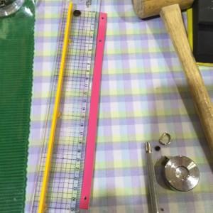 革のストラップの作り方 穴あけ