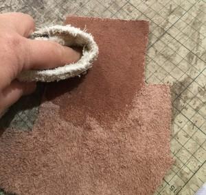 革にトコノールを塗る