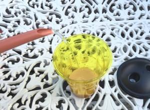 ハチ激取れ 水を注ぐ