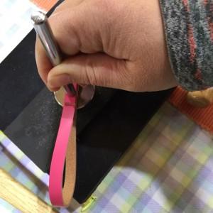 革のストラップ カシメを打つ