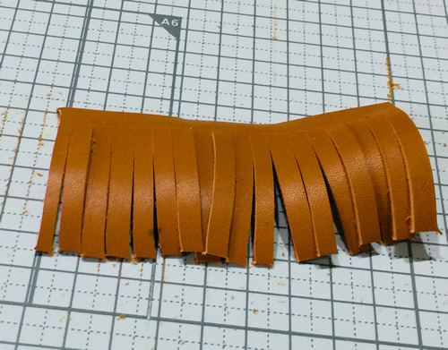 革のタッセルをカット